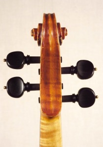 scroll-rear_violin_o-GT+-1920